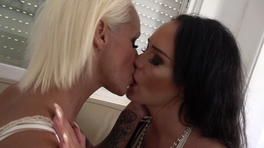 Kissing / Kissing Extreme - The Top Milf Attack Without Camera Stop By Top Babes Sophie Logan And Sarah Star